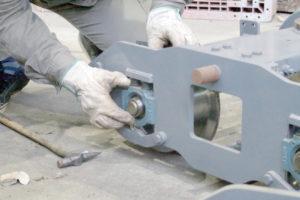 遊戯機械事業の整備・メンテナンスで汽車のコマ軸受け部の整備
